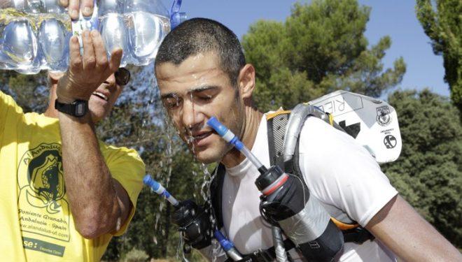 Corredor soportando el verano andaluz durante el Al Andalus Ultra Trail 2011