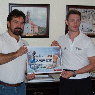 Luis Alonso hace entrega del cheque al Banco de Alimentos de Cuauhtemoc