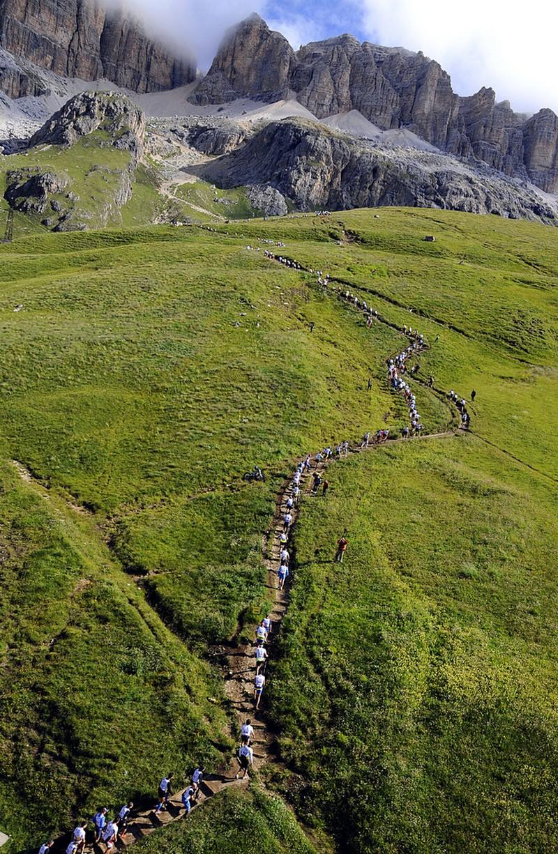 Fila de corredores durante la Dolomites Skyrace 2012