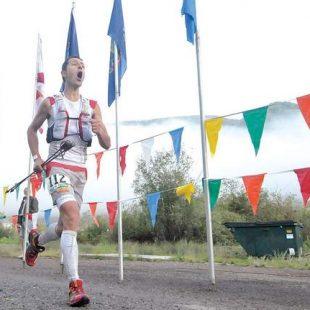 Julien Chorier entrando como ganador en la meta de la HardRock 100
