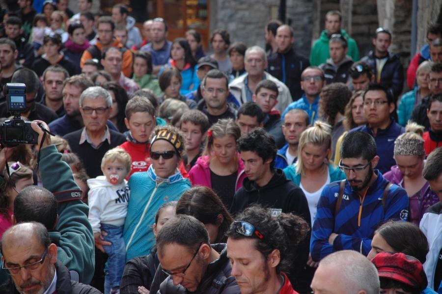 Algunos atletas de élite durante el minuto de silencio en honor a la corredora fallecida en Cavalls del Vent