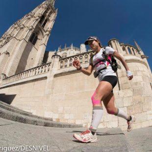Fernanda Maciel pasa ante la Catedral de Burgos