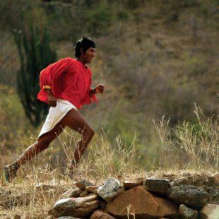Un indio de la etnia Raramuri corriendo
