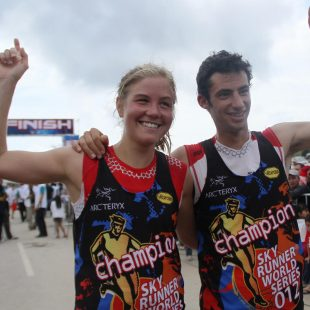 Kilian Jornet y Emelie Forsberg con sus petos de Campeones de la Copa del Mundo 2012