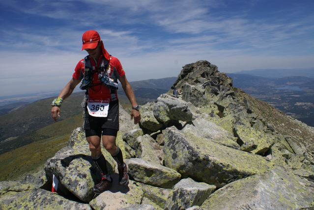 Un corredor en la Cresta de los claveles en el Gran Trail de Peñalara 2012