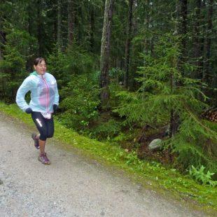Nerea Martínez corre en el bosque que hay entre Argentière y Chamonix