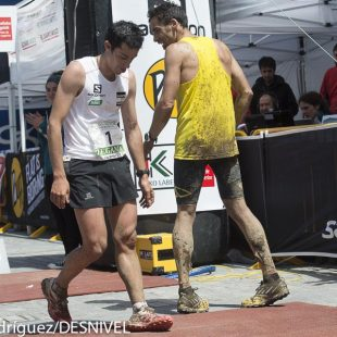 Kilian Jornet y Luis Alberto Hernando agotados tras la llegada a meta de la Zegama-Aizkorri 2013. Por solo 12 segundos Kilian ha llegado primero.