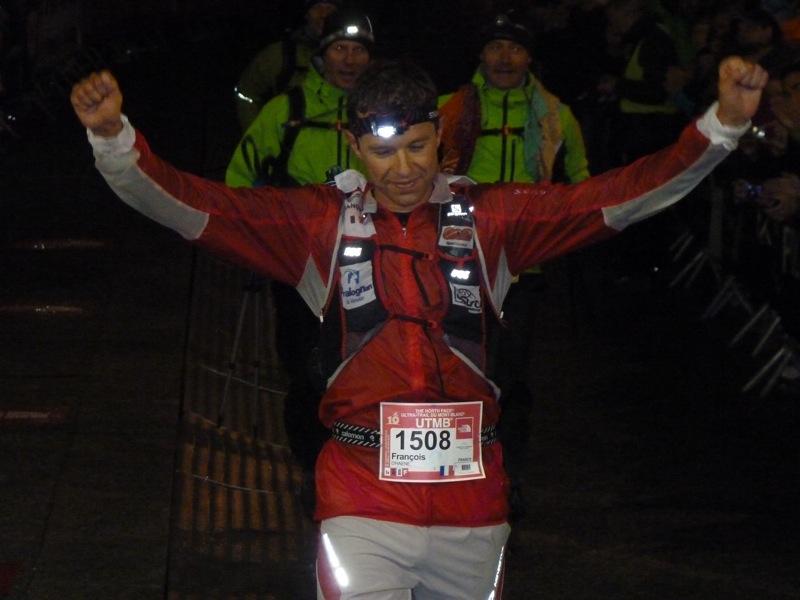 François dHaene llega a las 5:30 de la mañana a la meta de la UTMB 2012