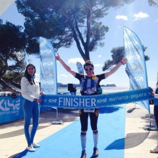 Emma Roca celebra su victoria en la K42 Mallorca
