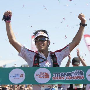 Ryan Sandes celebrando su victoria en la The North Face Transgrancanaria 2014