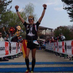 Nuria Picas celebra su victoria en el Ultra Trail Mount fuji