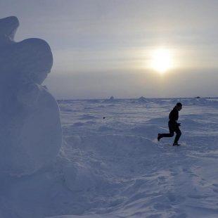 El continuo movimiento de las placas de hielo formas caprichosas formaciones en el recorrido del North Pole Marathon 2014