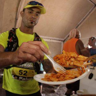 Comiendo en el avituallamiento sólido durante la Transvulcania 2012