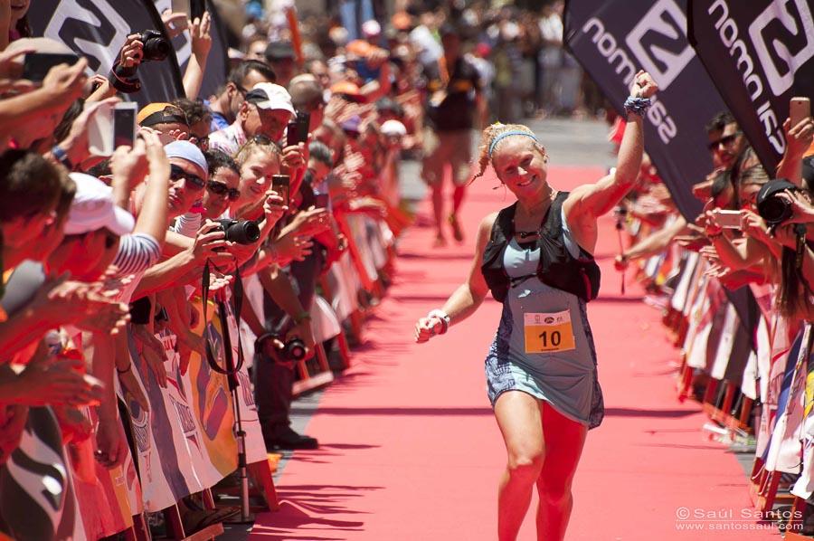 Anna Frost feliz en su llegada meta ganando en categoría femenina la Transvulcania 2014