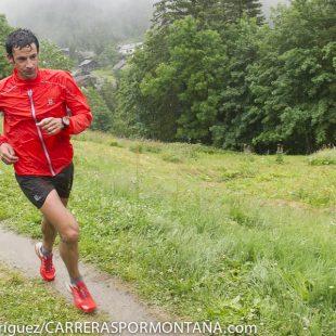 Kilian Jornet corre bajo una intensa lluvia el Marathon del Mont Blanc 2014 que ha ganado proclamándose Campeón del Mundo de Skyrace