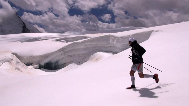 Iker Karrera durante su reto Chamonix-Zermatt Travesía Courmayeur-Chamonix de Kilian Jornet. Summits of my life.