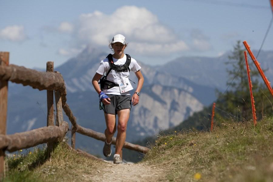 Lizzy Hawker compitiendo en el Ultra Trail Mont Blanc