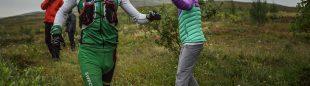Emelie Forsberg anima a uno de los participantes en la Tromsö Skyrace