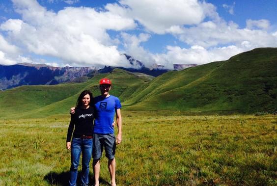 Linda Doke y Ryno griesel tras su récord en la Drakensberg Traverse