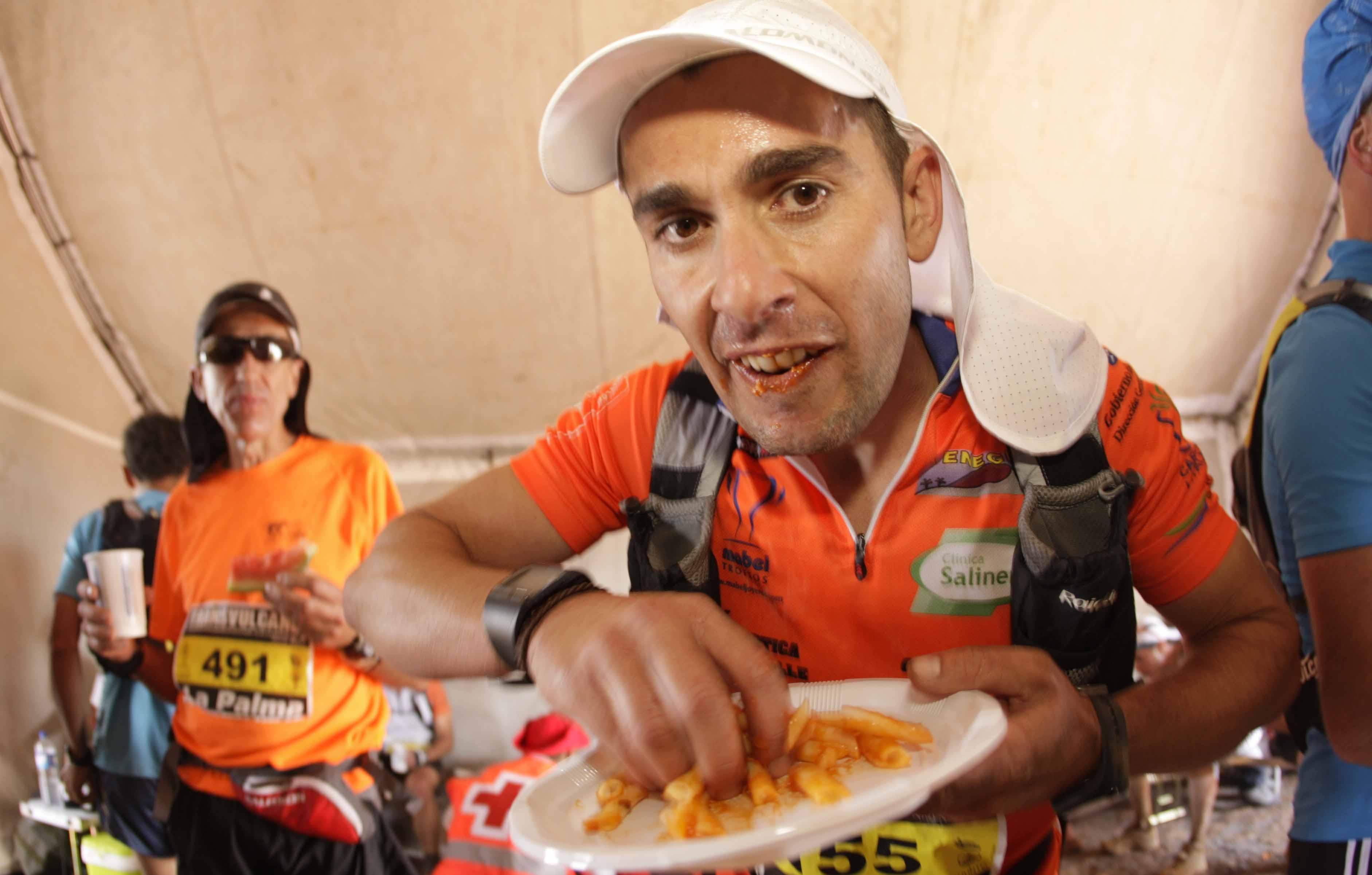 Avituallamiento en la Ultramaratón de montaña Transvulcania 2012 en la isla de La Palma