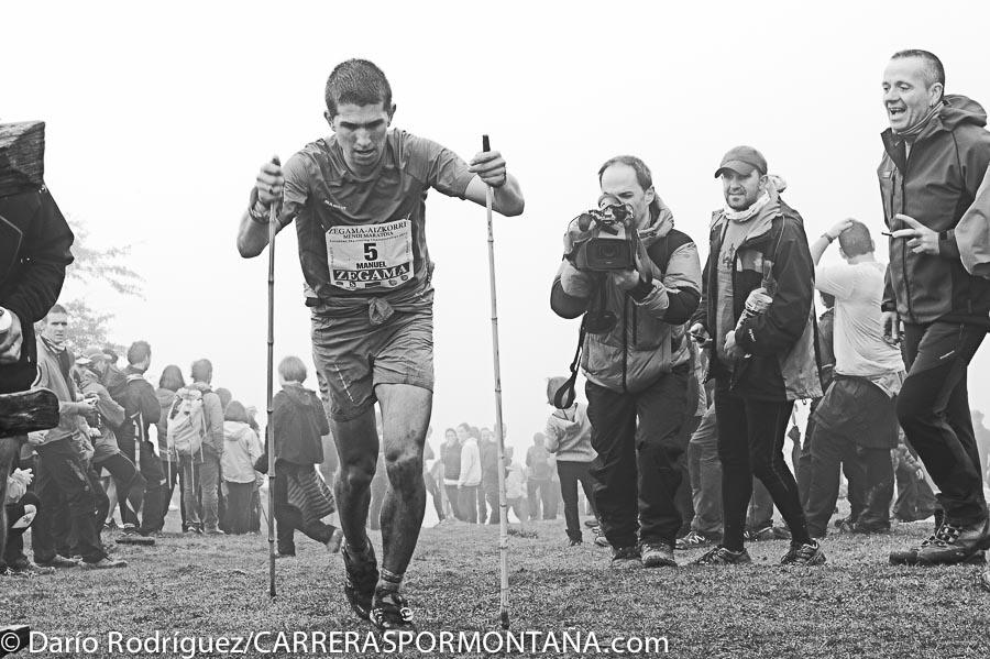 Manuel Merillas a su paso por Santo Espíritu (kilómetro 20 aprox.) Zegama Aizkorri 2015.  Quedó segundo