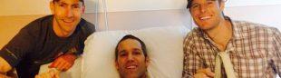Dave Mackey (centro) en el hospital recuperándose de su caída.