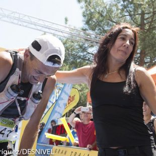 Miguel Heras  ganador del GTP Peñalara 115k. y Campeón de España de Ultratrail 2015. Cansado y emocionado en meta recibe el abrazo de su mujer.