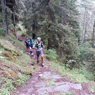 Pablo Criado corre por un bosque del Valle de Aosta