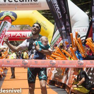 Luis Alberto Hernando en meta ganador de la Transvulcania 2016