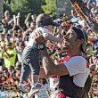 Luis Alberto Hernando celebra con su hijo el haber llegado a meta ganador proclamándose Campeón del Mundo de Carreras por Montaña 2016