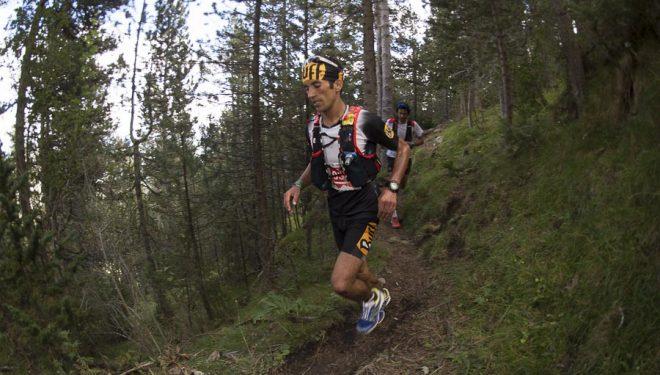 Zaid Ait Malek en un momento Ultra Pirineu 2015 corriendo a la par que Kilian (a quien se ve muy cerca detrás) llegando al refugio Lluis Estasen (Pedraforca). Quedó segundo