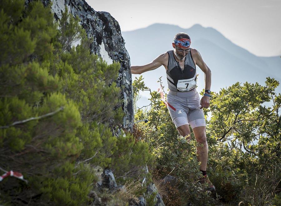 Corredor atravesando zona de cuerdas en Kilómetro Vertical al Cereisaleu 2016