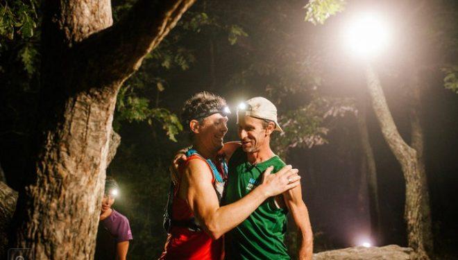 Scott Jurek y Karl Meltzer celebran el récord de Meltzer en el Appalachian Trail