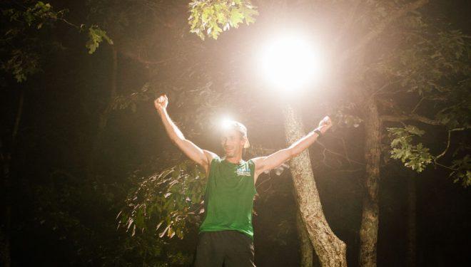 Karl Meltzer celebrando su récord en el Appalachian Trail