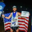 Michael Wardian con el premio que le acredita como vencedor final de la World Marathon Challenge