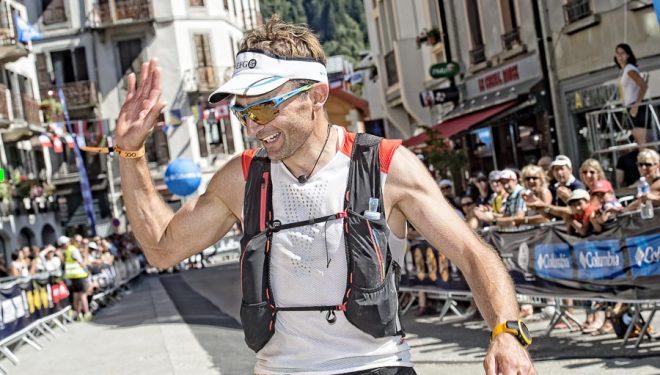Ueli Steck llega a la meta de la 0CC (53k) de la Ultra-trail du Mont-Blanc 2016