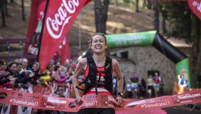 La corredora vasca Virginia Pérez llega a meta vencedora del medio maratón Transvulcania 2017