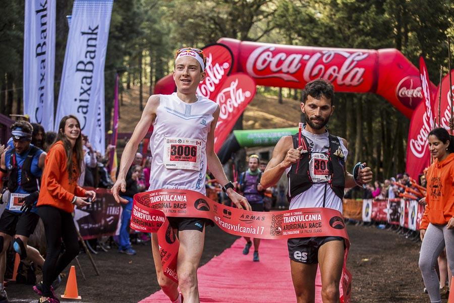 El corredor francés Remi Bonnet  y Efren Segundo cruzan juntos la meta  del medio maratón Transvulcania 2017. El cronómetro daría como vencedor a Remi