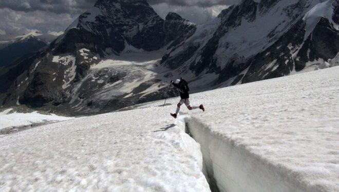 Iker Karrera salta una de las grietas que se encuentra a su paso en la Ruta Chamonix Zermatt