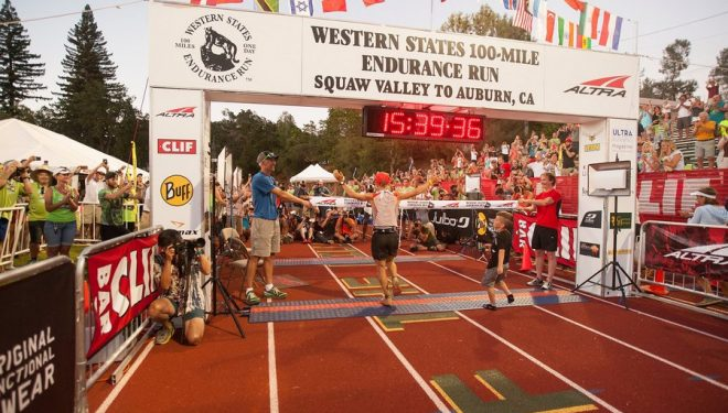 Andrew Miller cruza la meta de la Western States 2016