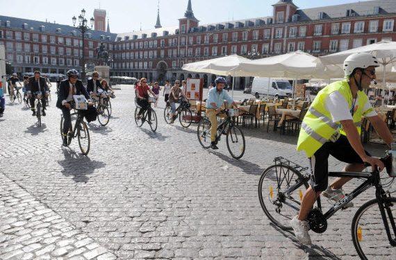 Cicloturistas en la Plaza Mayor de Madrid