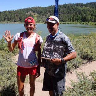 Rory Bosio recibe la placa de ganadora absoluta en la Tahoe Rim Trail Endurance Runs 50M