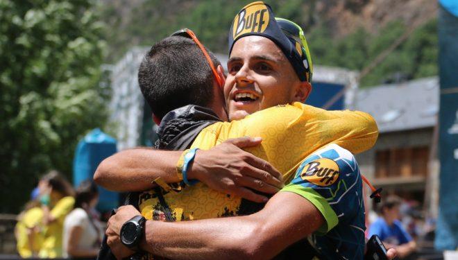 Mario Olmedo se abraza a otro corredor tras cruzar la meta de la Buff Epic Trail 2017 en octava posición