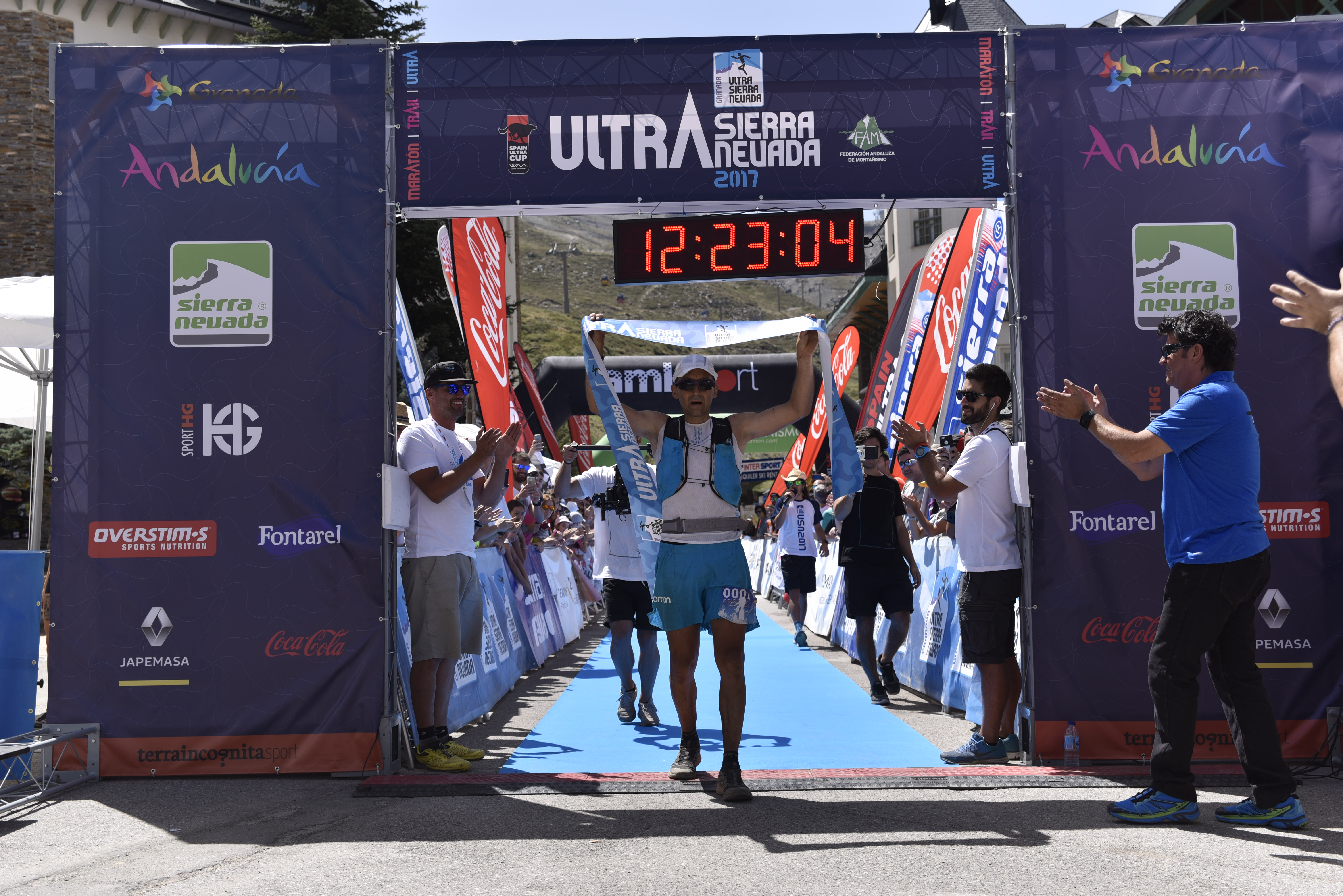 Miguel Heras cruza la meta de la Ultra Sierra Nevada 2017 en primer lugar