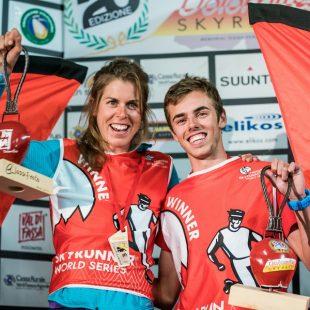 Laura Orgué y Jan Margarit con el peto  de ganadores de la Dolomites Skyrace 2017