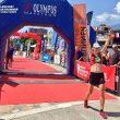 Ragna Debats a su paso por la meta de la Olympus Marathon 2017