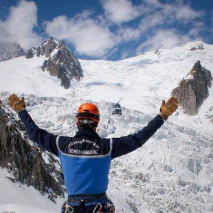 Un miembro del PGHM de Chamonix espera al helicóptero