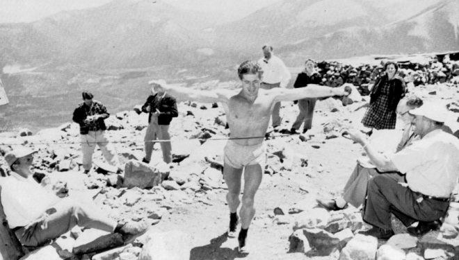Monte Wolford llegando a la cima del Pikes Peak en 1956