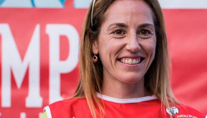 Ragna Debats con el peto de ganadora tras la Olympus Marathon