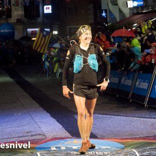 Nuria Picas disfruta de los primeros momentos en la meta tras ganar UTMB 2017
